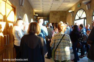 Le persone presenti ieri all'inaugurazione della mostra di Lorena Canottiere, in attesa dell'inizio del Festival.