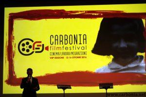 Paolo Serra inaugura il Carbonia Film Festival 2016. Alle sue spalle la proiezione della bellissima copertina di quest'edizione.