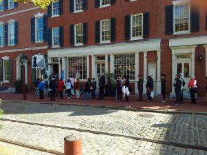 Elettori in fila per il voto in un seggio nel centro storico di Filadelfia
