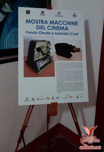 Foto del cartello all'ingresso della mostra sulle macchine del cinema.