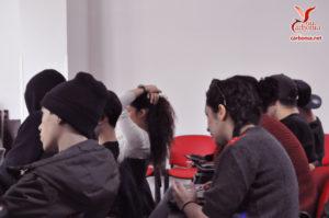 Foto di alcuni ragazzi mentre ascoltano il Network Lab.