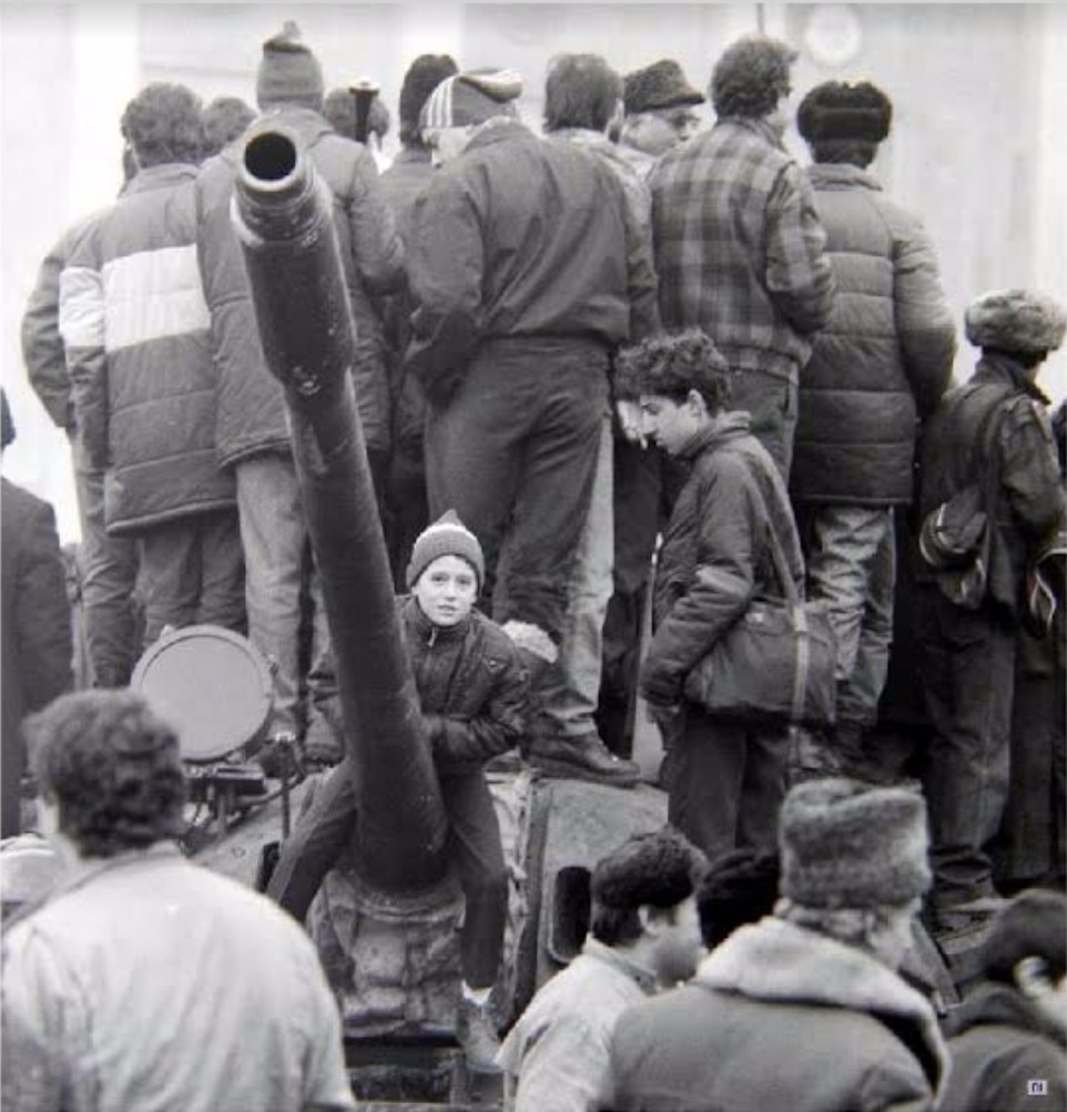 Bimbo e carro armato per l'anniversario della liberazione