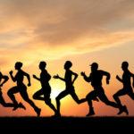 Persone fanno sport al tramonto