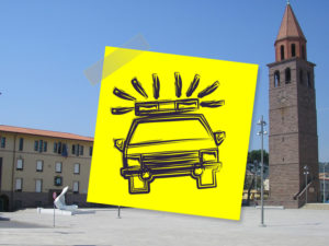 Foto simbolica dell'autovelox a Carbonia con post-it della polizia e campanile.