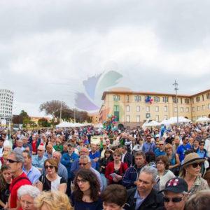 Foto di Sulcis Espone 2017, tante persone in piazza Roma.