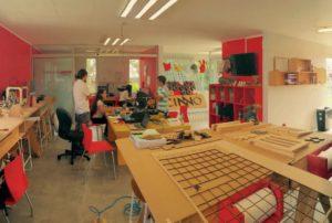 Foto di uno spazio di lavoro di un FabLAB.