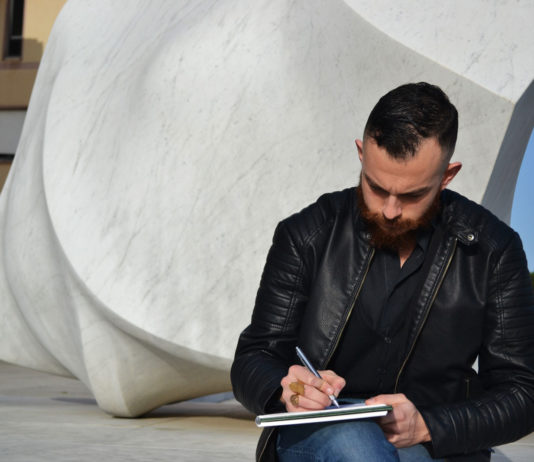 Giuseppe Tuveri disegna. Nello sfondo Frammento di Vuoto.